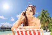 Donna sulla sedia parlando telefono — Foto Stock