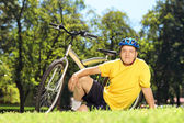 Mature man near his bicycle — Stock Photo