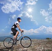 Bicicleta de montaña a caballo motorista — Foto de Stock