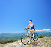 Kadın motosiklet sürme dağ bisikleti — Stok fotoğraf