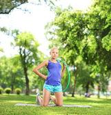 Atleta femminile tenendo il cerchio di hula — Foto Stock