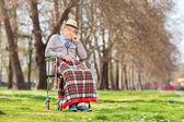 Knorrige oude man zit in rolstoel — Stockfoto