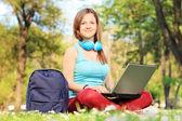 Kobieta uczeń pracuje na laptopie — Zdjęcie stockowe