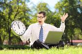 Boos zakenman met laptop op gras — Stockfoto
