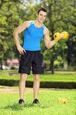 Male athlete exercising in park — Foto de Stock