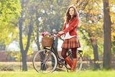 Giovane in piedi femminili con bicicletta — Foto Stock