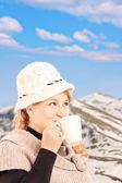 Volwassen lachende vrouw het drinken van thee — Stockfoto