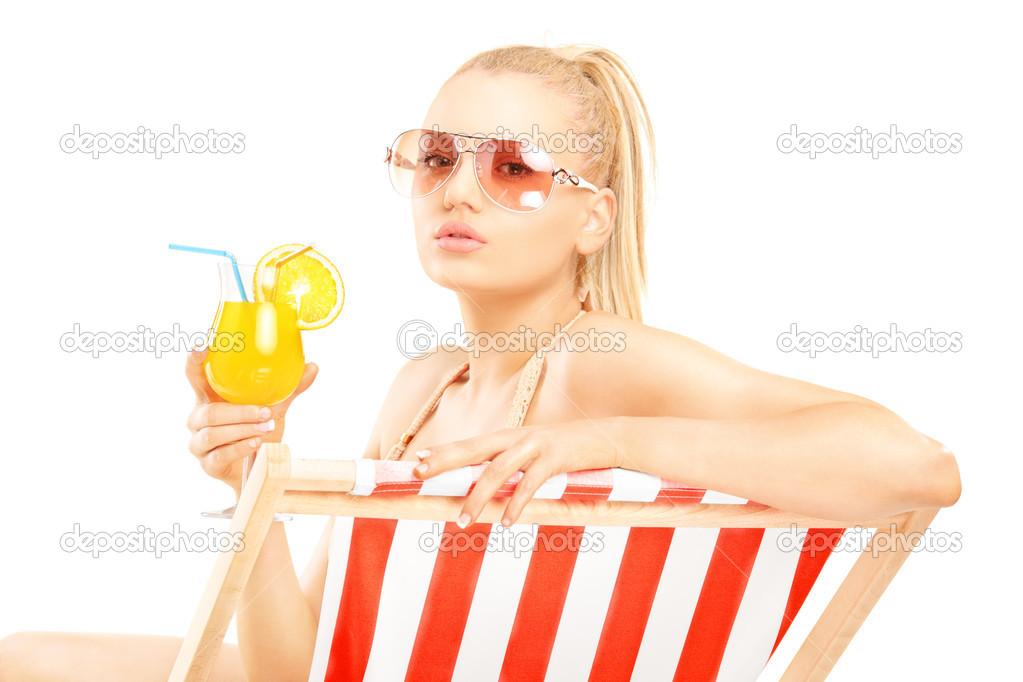 Блондинка с двумя на шезлонге онлайн в хорошем hd 1080 качестве фотоография