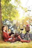 Mujer leyendo el libro y comer manzana — Foto de Stock