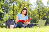 Mädchen schreiben in notebook — Stockfoto