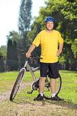 Mature man next to bicycle — Foto de Stock