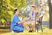 Врач помогает старший человек — Стоковое фото