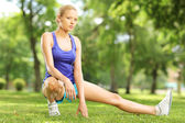 Giovane donna bionda esercitano in un parco — Foto Stock