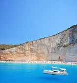 Yacht anchored at Porto Katsiki beach — Stock Photo