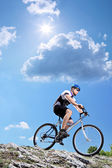 Bicyclist riding mountain bike — Stockfoto