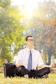 Businessperson, meditare su un erba — Foto Stock
