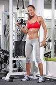 Vrouw uit te werken op sportschool — Stockfoto