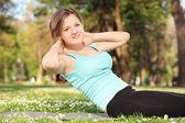 Donna esercitando nel parco — Foto Stock