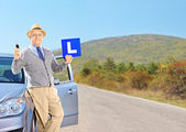 äldre man poserar på sin bil — Stockfoto