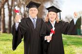 Casal maduro, comemorando seus diplomas — Fotografia Stock