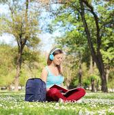Mujer estudiando en el parque — Foto de Stock