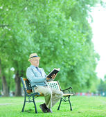 Senior gentleman reading book — Stock Photo