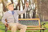 Gentilhomme prenant selfie dans le parc — Photo