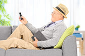 Senior man sending sms — Stock Photo
