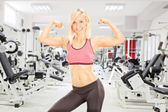 Female bodybuilder showing her biceps — Stock Photo