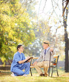 Doctor talking to senior gentleman — Stock Photo
