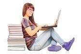 Vrouw studeren op laptop — Stockfoto