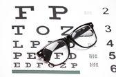 Brille auf sehtafel — Stockfoto