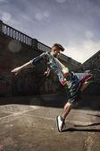 Człowiek taniec hip-hop w miejskich — Zdjęcie stockowe