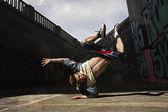Человек, танцы хип-хоп в городских — Стоковое фото