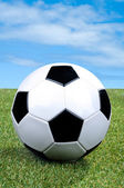Traditionele stijl voetbal op gras — Stockfoto