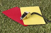 Sifflet avec une carte rouge et jaune sur le terrain — Photo