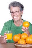 Anciana sonriente con jugo de naranja — Foto de Stock