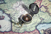 Eski harita üzerinde pusula — Stok fotoğraf