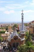 Barcelona - augusti 17: färgglada arkitekturen av antonio gaudi på augusti 17, 2013. parc güell är den viktigaste parken i barcelona, spanien — Stockfoto