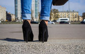 Jeans and high heels in the city — Foto de Stock