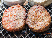 Hamburgers on Grill with Dancing Flames Cooked to Perfection — Stockfoto