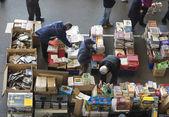 Leverancier in vlooienmarkt (barcelona, els encants) — Stockfoto