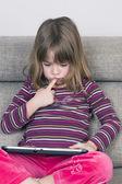 Menina brincando com um tablet digital — Fotografia Stock