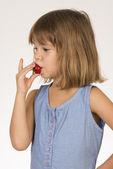 Kleine mädchen essen erdbeere — Stockfoto