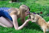 女孩与狗 — 图库照片