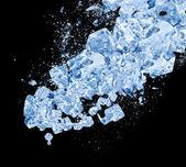 Kolize exploze modré ledu na černém pozadí — Stock fotografie