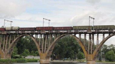 грузовой поезд, идя через мост — Стоковое видео
