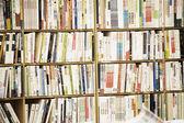 Birçok kitap ve dergilerde kitabevi — Stok fotoğraf
