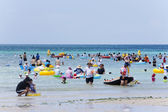 People rest and bathe at the beautiful Jeju  Island in South Korea Hyeopjae Beach — Stock Photo