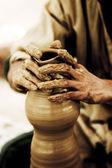 土製の瓶円を作成する、陶工の手 — ストック写真